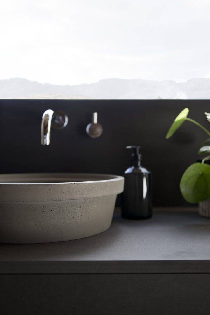 Minimalist washbasin for free-standing or recessed installation